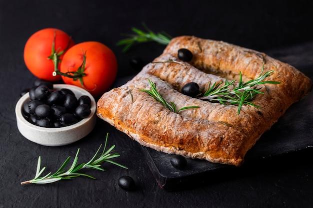 Fougasse z oliwkami i rozmarynem - chleb