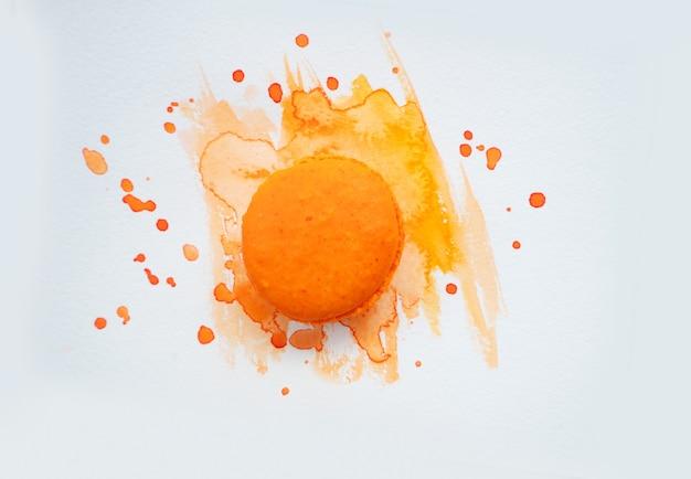Fpink rench ciasteczko makaronik na pomarańczowym tle akwareli, widok z góry