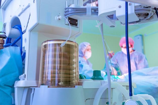 Fragment aparatu oddechowego na sali operacyjnej z chirurgiem w zespole podczas pracy w szpitalu.