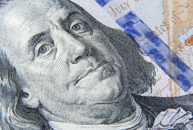 Fragment banknotu studolarowego z portretem zbliżenia franklina