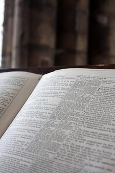 Fragment biblii w angielskim kościele