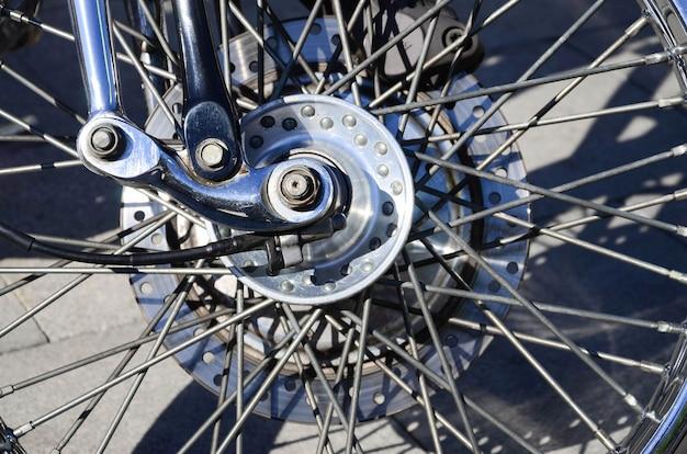 Fragment chromowanego błyszczącego koła starego klasycznego motocykla