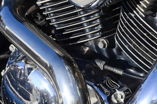 Fragment chromowanej błyszczącej części starego klasycznego motocykla