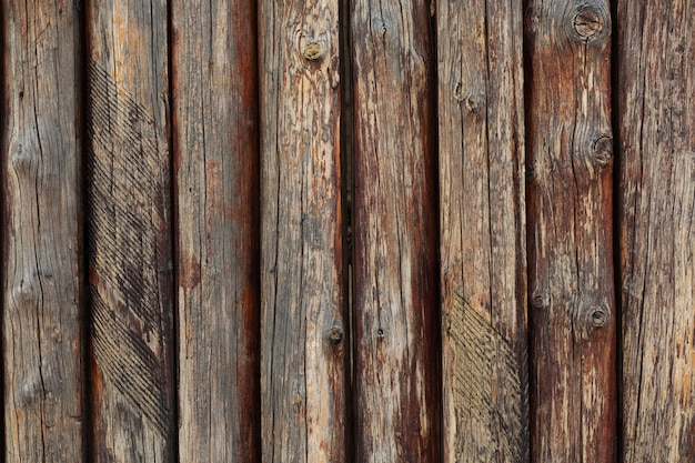 Fragment drewnianego starego ogrodzenia brązowe. strzał zbliżeniowy