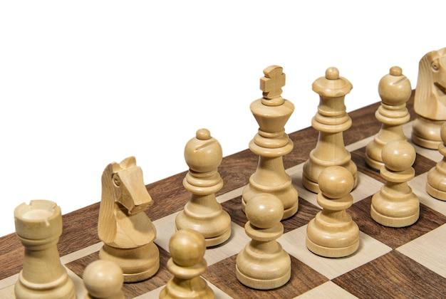 Fragment drewnianej szachownicy z figurami