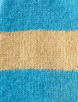 Fragment dzianiny z niebiesko-beżowej wełny