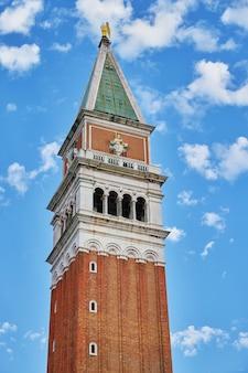 Fragment dzwonnicy św. marka (campanile di san marco). dzwonnica bazyliki świętego marka. wenecja, włochy