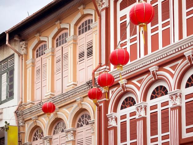 Fragment fasad tradycyjnych budynków w mieście chinatown w singapurze