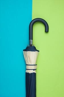 Fragment haczyka na parasol na zielono-niebieskim stole. widok z góry. akcesoria jesienne