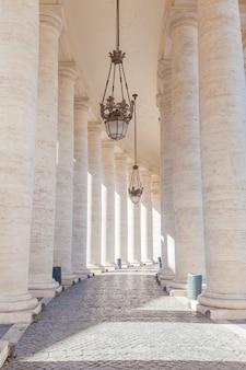 Fragment kolumnady na piazza san pietro (plac świętego piotra) w watykanie