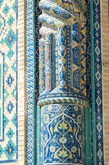 Fragment kolumny w murze z mozaiką detale architektury azji środkowej