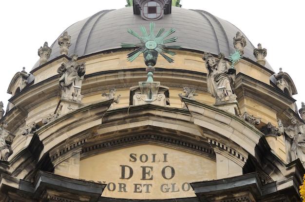 Fragment kopuły kościoła dominikanów we lwowie, ukraina zachodnia. budynek ten powstał w 1749 roku.