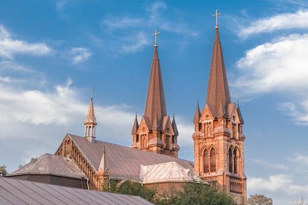 Fragment kościoła św mikołaja z błękitnym niebem w kamianske, ukraina. kościół rzymsko-katolicki