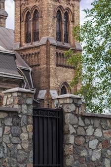 Fragment kościoła św. mikołaja z kamiennym ogrodzeniem z żelazną bramą w kamieńskim na ukrainie