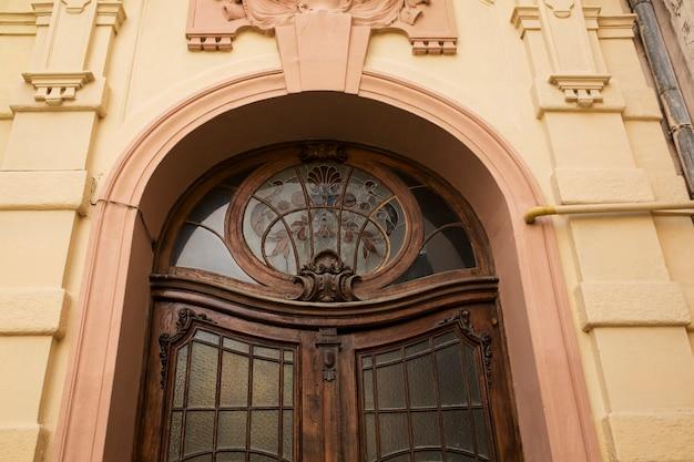 Fragment łukowego wejścia z witrażem. lwów, ukraina