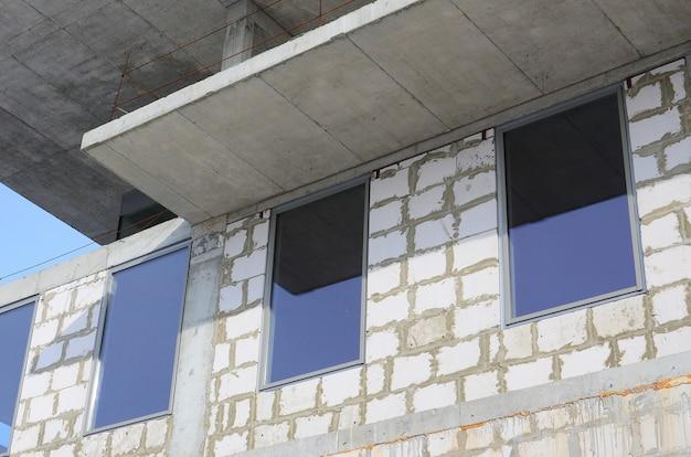Fragment niedokończonej konstrukcji budynku wielokondygnacyjnego