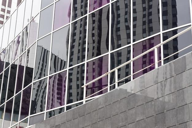 Fragment nowoczesnego budynku ze szkła i metalu.