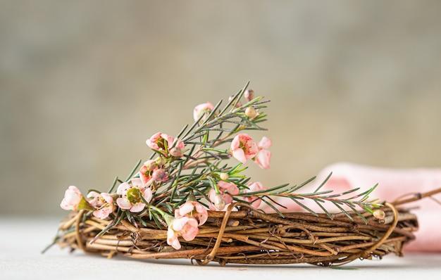 Fragment ozdobnego wiosennego wieńca z gałązek i kwiatów