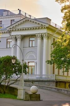 Fragment pałacu elagin w parku w słoneczny letni poranek w petersburgu