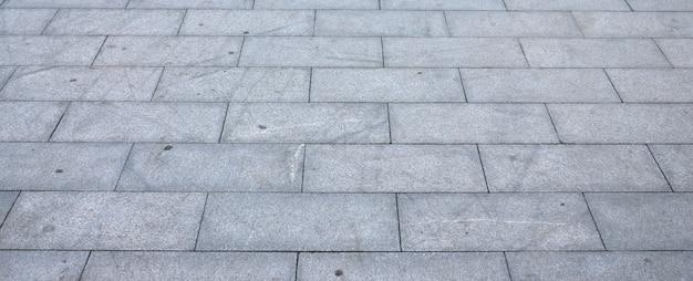Fragment placu wyłożonego dużymi granitowymi płytkami