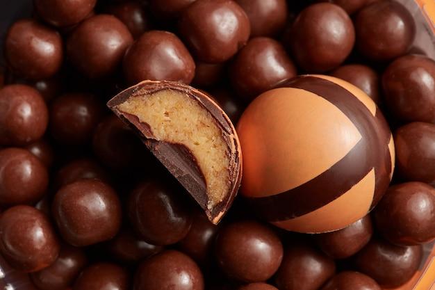 Fragment połamanych cukierków czekoladowych na czekoladowym tle
