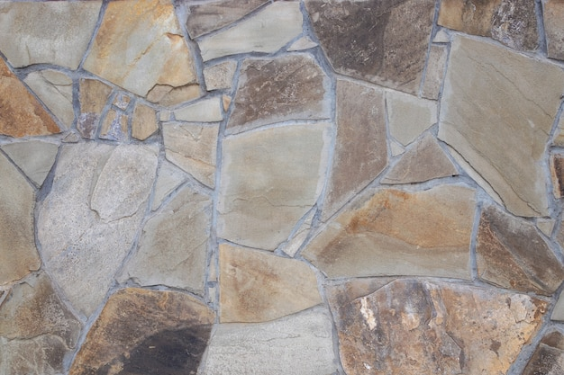 Fragment ściany z rozdrobnionego kamienia
