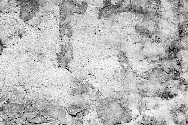Fragment ściany z rysami i pęknięciami