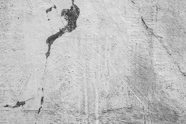 Fragment ściany z zadrapaniami i pęknięciami