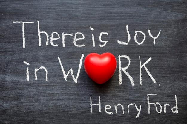 """Fragment słynnego cytatu henry'ego forda """"w pracy jest radość. nie ma szczęścia poza uświadomieniem sobie, że coś osiągnęliśmy"""". odręcznie na tablicy"""