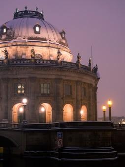 Fragment słynnego muzeum bodego w berlinie z malowniczym oświetleniem nocnym