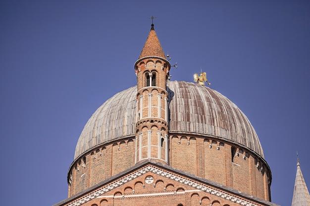 Fragment słynnej katedry św antoniego w padwie we włoszech w słoneczny dzień pod błękitnym niebem