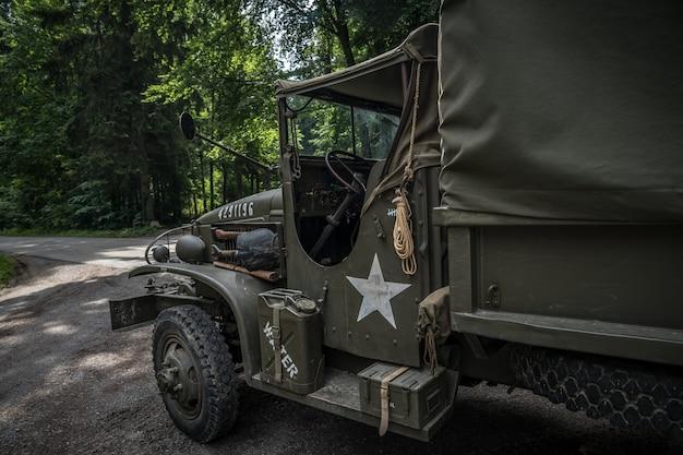 Fragment starego samochodu wojskowego do transportu żołnierza