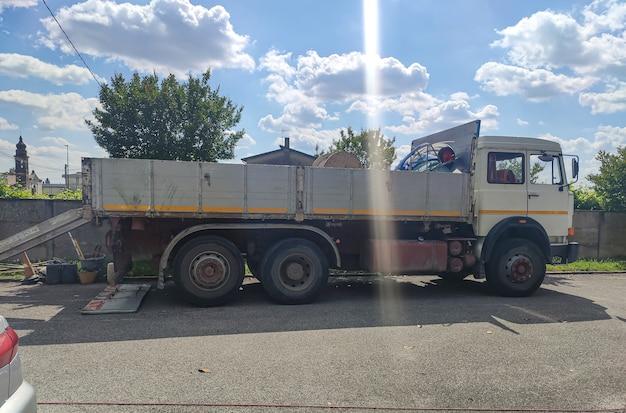 Fragment starej ciężarówki do pracy w słoneczny dzień