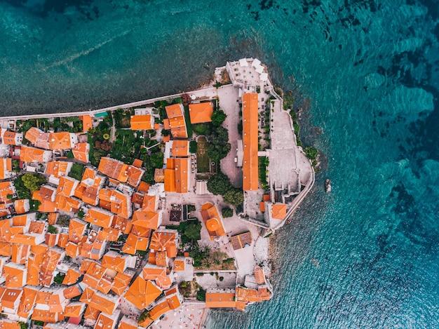 Fragment starożytnego śródziemnomorskiego miasta z lotu ptaka w słoneczny dzień. budva, czarnogóra.