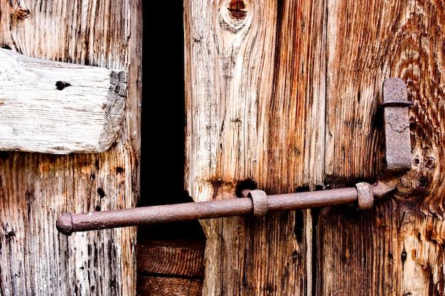 Fragment starych drzwi wykonanych z drewna, w parco del gran paradiso, włochy