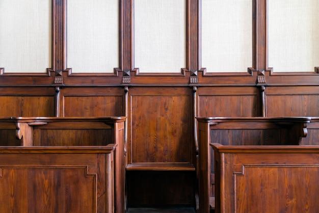 Fragment tradycyjnego sądu z twardego drewna, część wypoczynkowa chóru kościelnego.