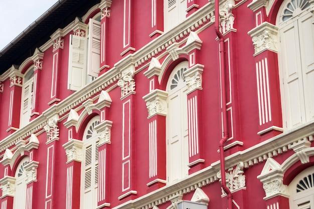 Fragment tradycyjnej fasady budynku w chinatown w singapurze