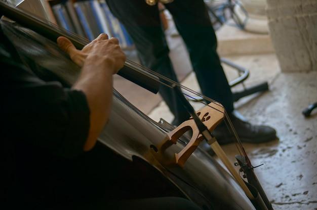 Fragment wiolonczeli podczas koncertu jazzowego na żywo.