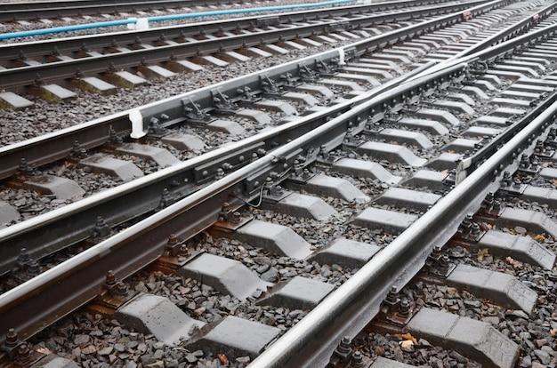 Fragment zdjęcia torów kolejowych w deszczową pogodę