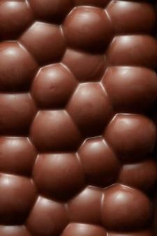 Fragment złamanego porowatego makro kawałka czekolady