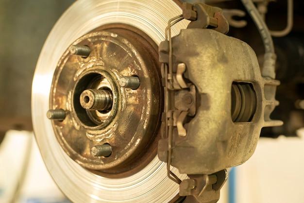 Fragment zużytego hamulca tarczowego, gotowego do wymiany i konserwacji