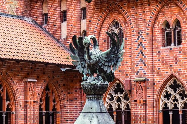 Fragmenty architektoniczne średniowiecznego gotyckiego zamku malbork.