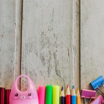 Fragmenty długopisów i ołówków