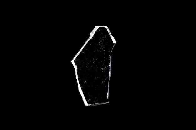 Fragmenty szkła w izolacji na czarnym tle. uszkodzone okno. uszkodzony przedmiot. zdjęcie wysokiej jakości