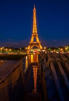 Francja. letnia noc w paryżu. słynna wieża eiffla i odbicie. tylko do użytku redakcyjnego