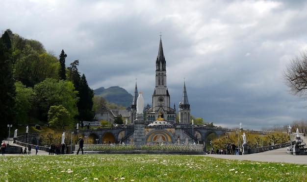 Francja, lourdes. widok katedry w lourdes