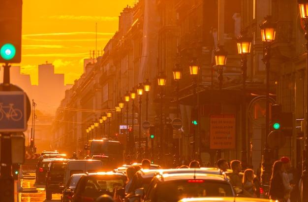 Francja. paryż. gęsty ruch uliczny. letni zachód słońca