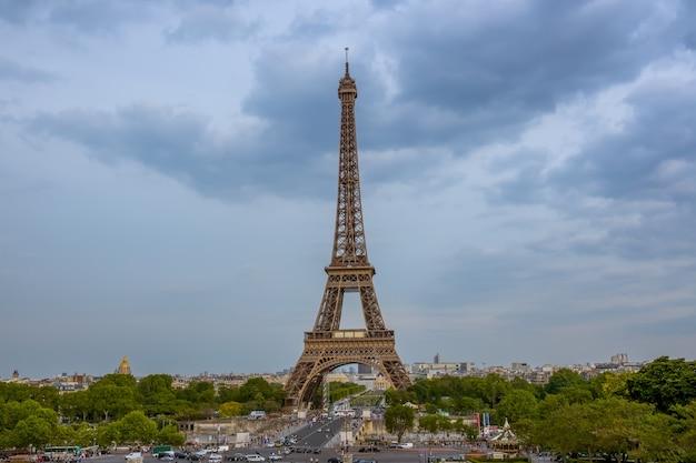Francja. paryż. letni pochmurny wieczór. ruch na moście jena w pobliżu wieży eiffla