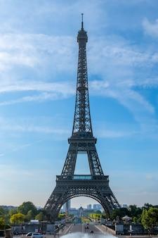 Francja. paryż. letni słoneczny poranek. wieża eiffla i błękitne niebo