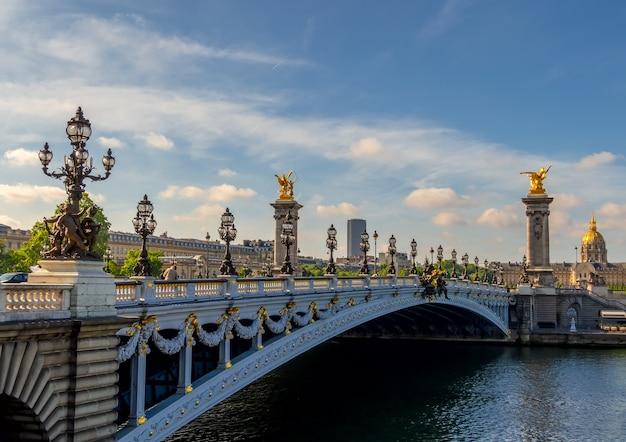 Francja. paryż. most aleksandra iii. letni słoneczny dzień